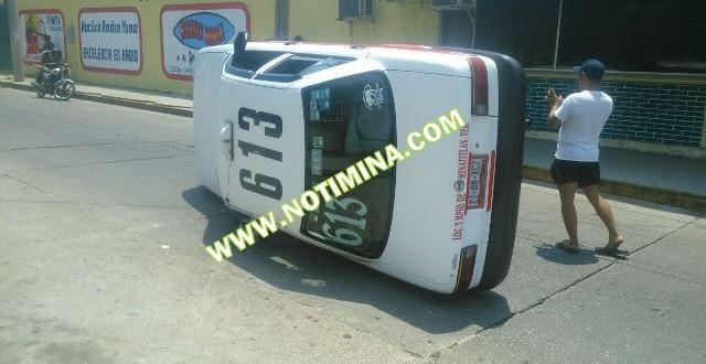 Taxi se volcó frente al meritito Lobo de Mina