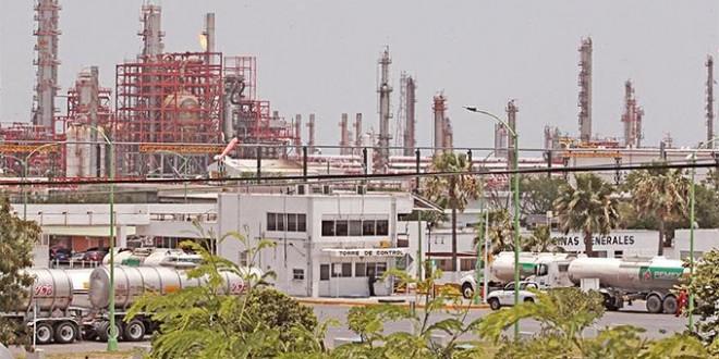 Paro en Cadereyta amenaza abasto; produce 15.2% de los petrolíferos del país