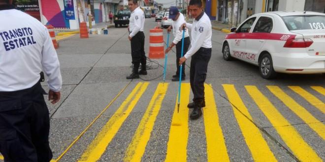 Tránsito de Minatitlán pintan señalamientos viales