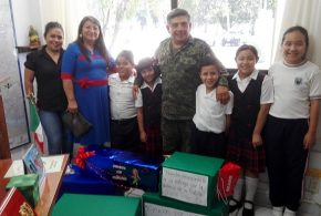 """Alumnos de la Escuela Primaria """"Presidente Miguel Alemán"""" Dirección 1, entregan obsequios a los soldados."""