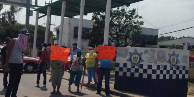 Bloquean entrada y salida de Coatzacoalcos por persona desaparecida