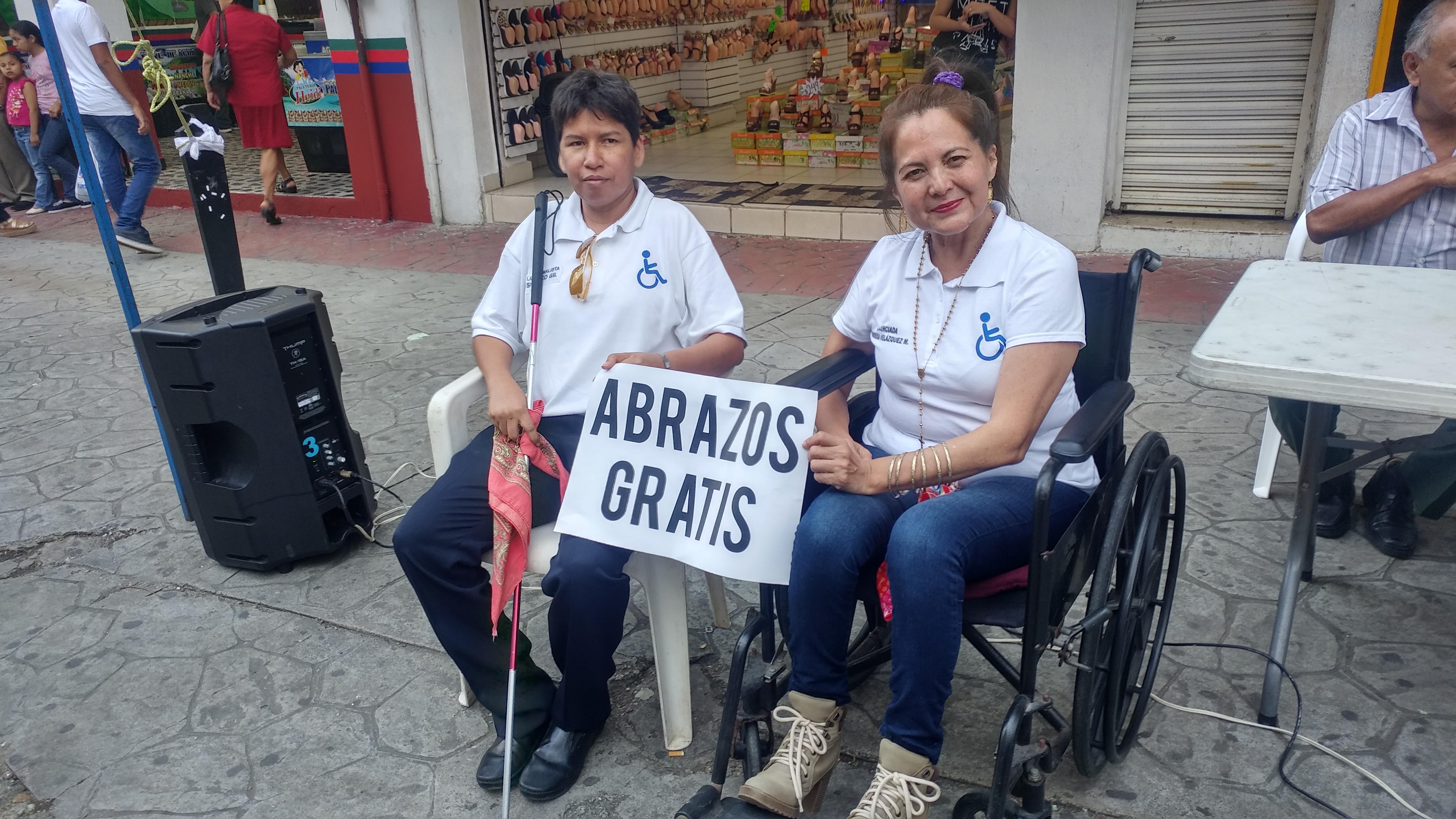 Con abrazos gratis recuerdan el Día del Discapacitado en Minatitlán